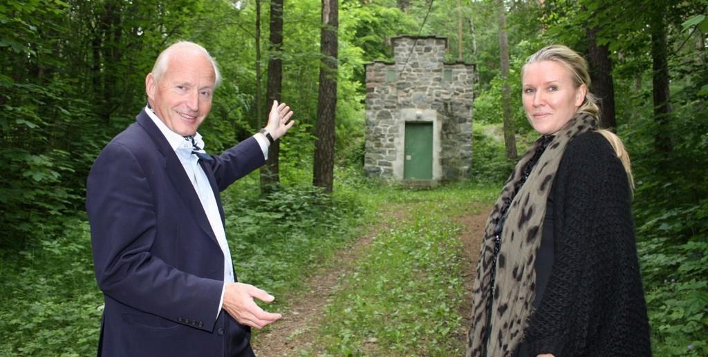 BAK VANNRESERVOARET: Christian Ringnes viser Ina Johannesen, skulpturparkens daglige leder, hvor det 400 kvm store vannspeilet skal ligge.