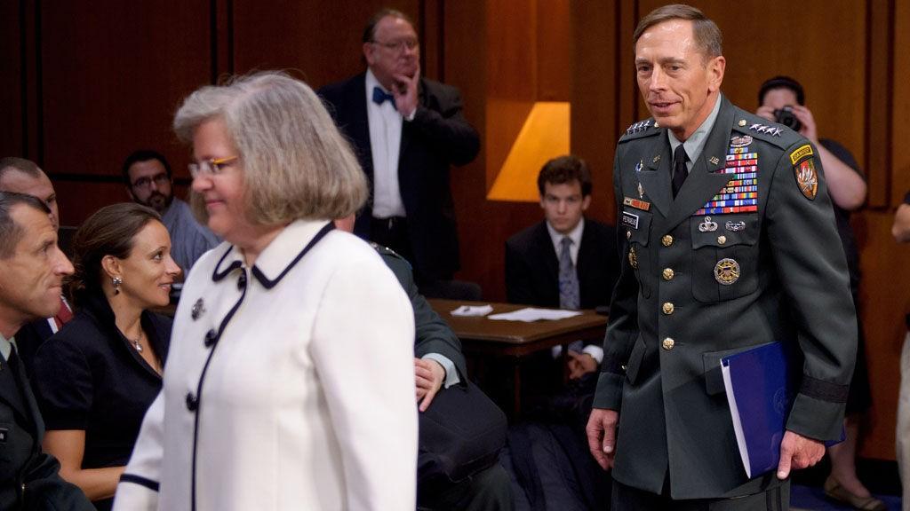 Bildet fra 23. juni 2011 viser Paula Broadwell (nr. 2 fra venstre) gi davarænde general David Petraeus et intenst blikk under Senatets høring av hans nominasjon som ny CIA-sjef. Petraeus kone Holly er nmr 3. fra venstre.