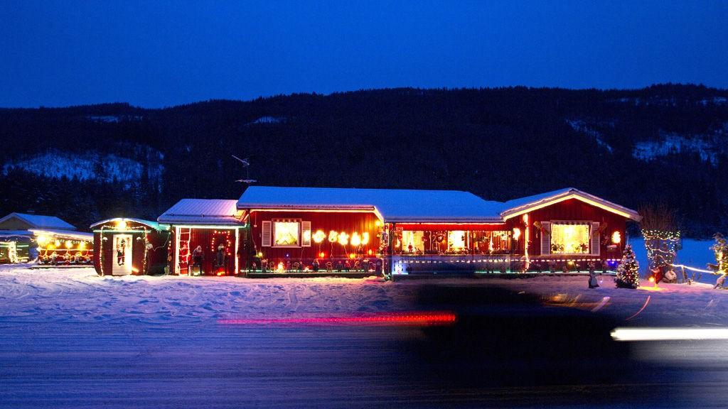 På Bergensbanen gjennom Hallingdal blir de reisende med NSB oppfordret til å kikke ut av vinduene når de passerer julehuset til Dan og Evy Liodden i Nesbyen. Biler tar seg god tid forbi den lysende gården i skogen.
