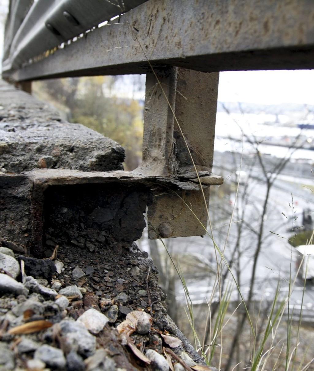 REAGERER: NAF og Arnulf Ingulstad ber Bymiljøetaten utbedre rekkverket i Kongsveien. FOTO: ØYSTEIN DAHL JOHANSEN