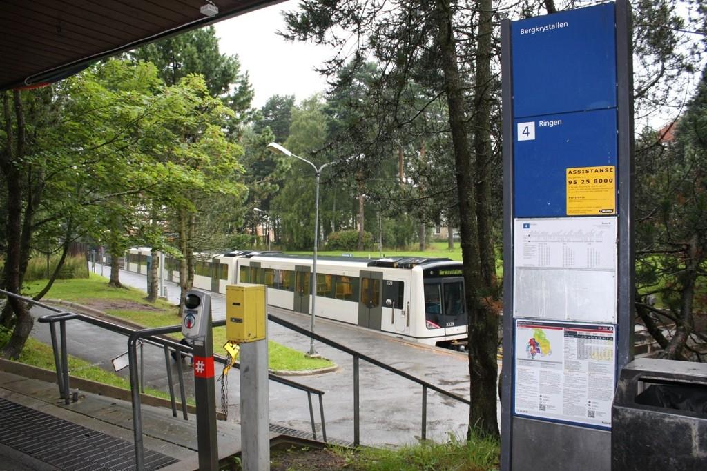BERGKRYSTALLEN: Politiet søkte etter taggere som forsvant fra Bergkrystallen T-banestasjon torsdag kveld.