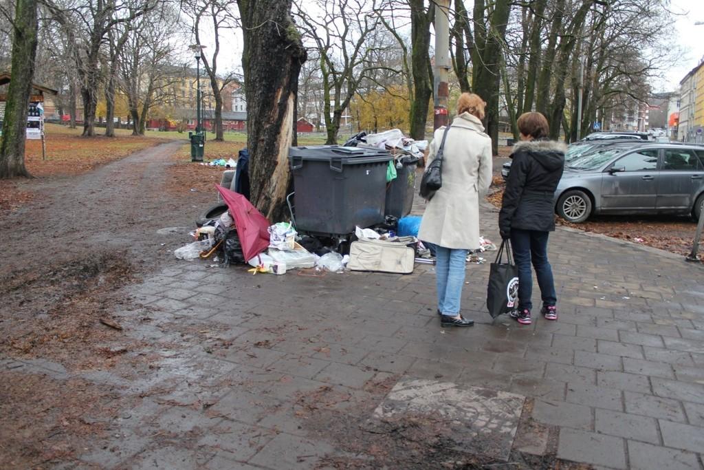 REAGERER: Astrid Wildsberg Lund, som har vokst opp i området, og Gerd Borchgrevink, som nylig har flyttet til blokka like bak, syns søppelmengden er helt forferdelig. De håper det snart skjer noe. Foto: Marte Marie Frisell