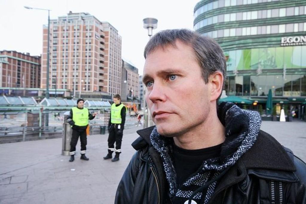 Leder i Foreningen for Human Narkoitikapolitikk, Arild Knutsen er med de rusavhengige til Stortinget tirsdag. Han mener politikerne må tørre å ta grep i ruspolitikken.