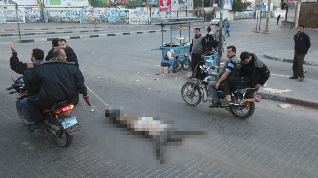 Palestinske militante kjører på motorsykkel mens de drar den døde kroppen av en mann som var mistenkt for å jobbe for Israels interesser på Gaza. Seks «kollaboratører» ble henrettet tirsdag, «tatt på fersk gjerning», opplyser Al-Aqsa radio