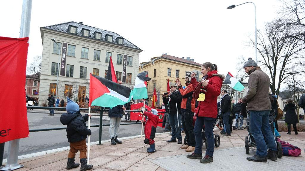"""Organisasjonen """"Med Israel for fred"""" (MIFF) arrangerer støttemarkering for Israel utenfor den Israelske ambassaden, mens en motdemonstrasjon i regi av Internasjonale Sosialister (IS) arrangeres i krysset Parkveien/Wergelandsveien i Oslo lørdag ettermiddag."""