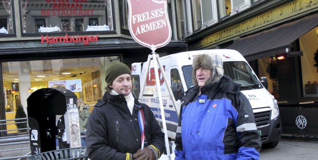 Stolte innsamlere: Jobbveileder Jim Reistad og jobbkandidat Rolf Arne Pettersen står begge ved gryta for første gang. –Jeg heter Rolf Arne Pettersen uansett hva jeg gjør, soet Pettersen stolt.