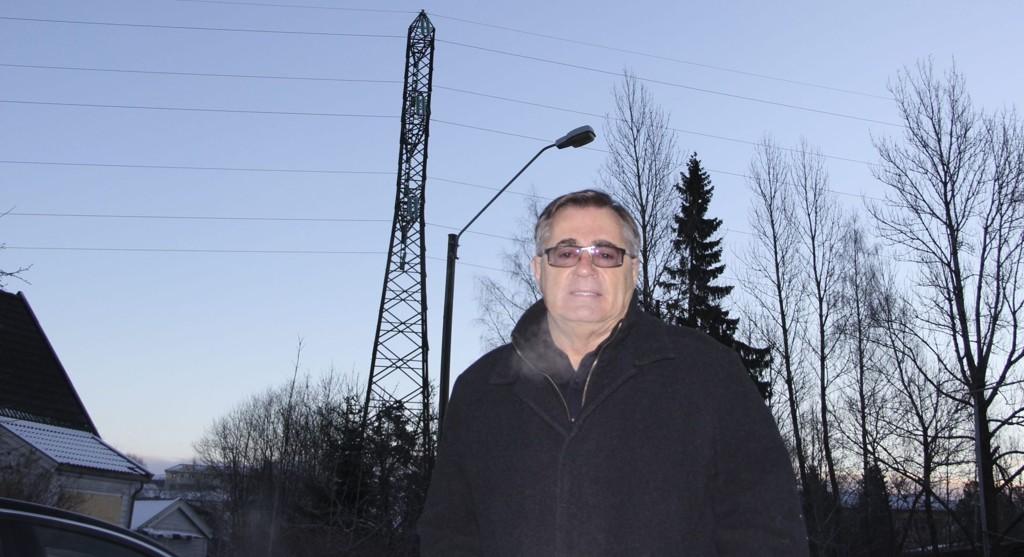 Men, det nye kraftnettet bør ikke legges der hvor flest mennesker blir berørt mener BU-leder Lars Asbjørn Hanssen. I bakgrunnen høyspentledningen over Sørkedalsveien mot Hovseterdalen. Foto: Vidar Bakken