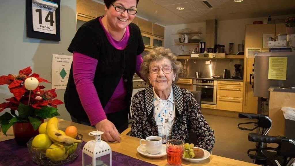 REAGERER: Mary Sørensen (91) reagerer på at det brukes mer penger på mat til innsatte i Tromsø fengsel enn til beboerne ved byens sykehjem. Her sammen med Bogruppekoorinator, Unni Merete Karlsen.