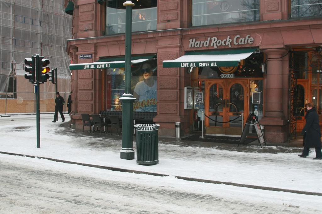 En beruset mann i 60-årene urinerte utenfor Hard Rock Café natt til torsdag, men prøvde å gjøre det godt igjen.