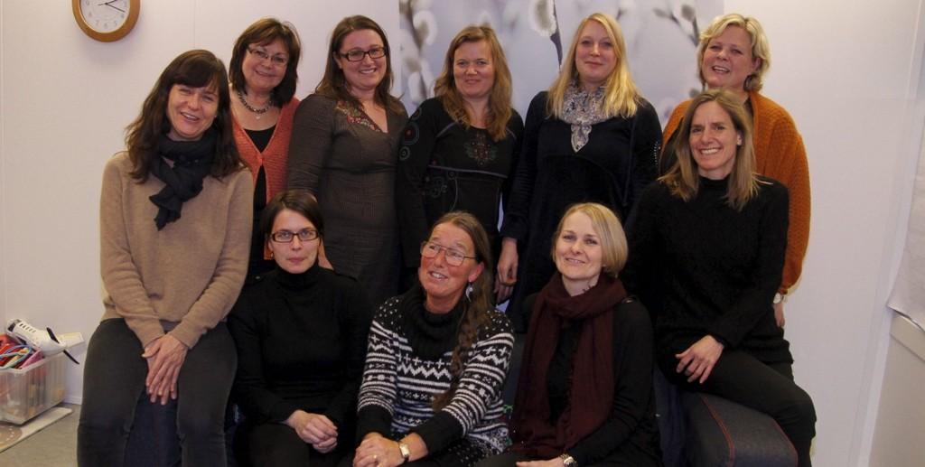BRED KOMPETANSEN: Bak fra venstre: Bente Braanen, Carina Bergh, Kristin Fløtre, Marianne Lia og Hilde Stølevik. I sofaen sitter (f.v.) Emma Broberg, Inger Olaug Nordstad, Ann Christin Larsen, Mona Bratli og Marianne S.. Lunde. FOTO: ØYSTEIN DAHL JOHANSEN