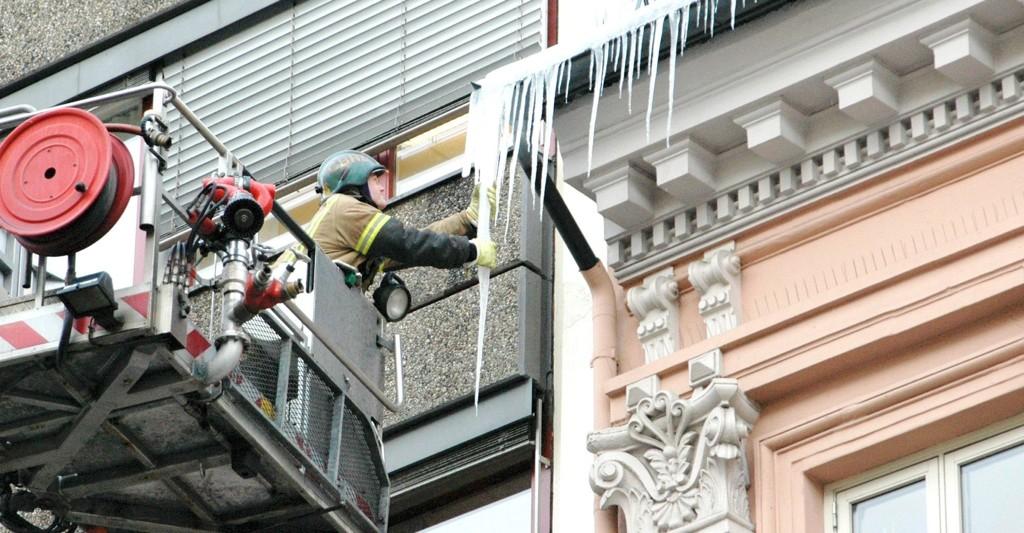 HUSEIERS ANSVAR: Det er huseiers ansvar og varsle om - og rydde bort is og snø fra tak.