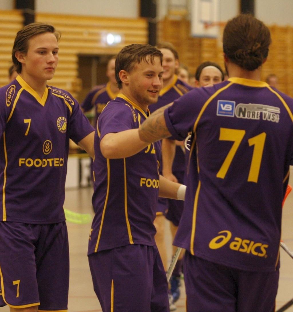 SCORET TRE: Mads Fossum Normann (i midten) gratuleres av Phillip Dessingthon og Mikael Lindholm. BEGGE FOTO:ANDREAS LINDBÆK