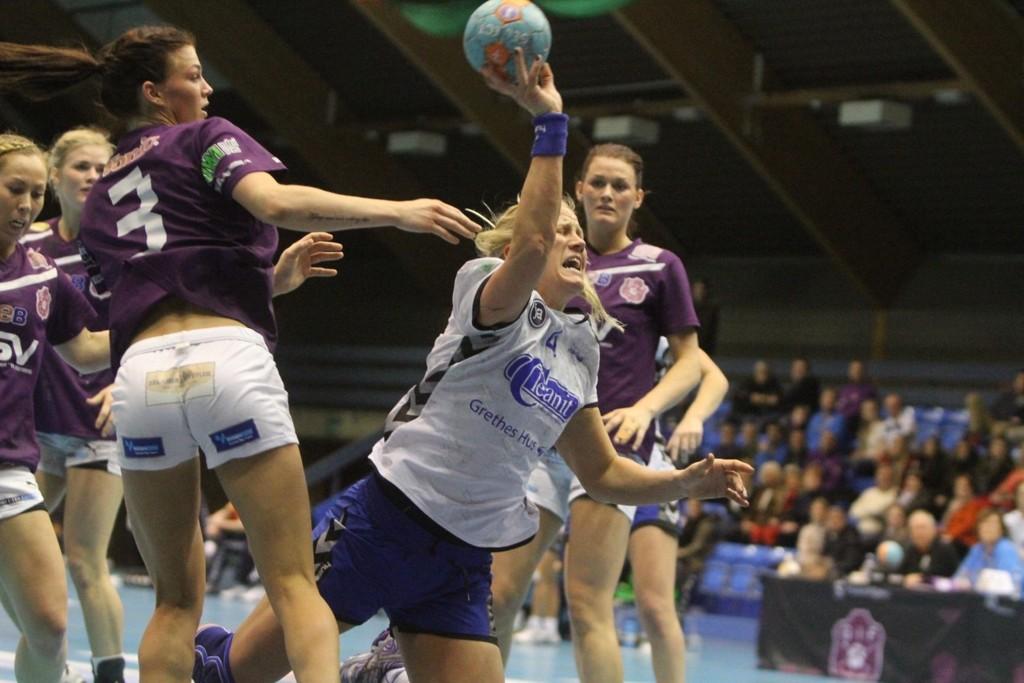 BEST: Mari Hegna var med hos Oppsal med sine ni mål. Her sliter hun seg forbi Glassverkets Jeanette Kristiansen (venstre) og Charlotte Kristiansen.