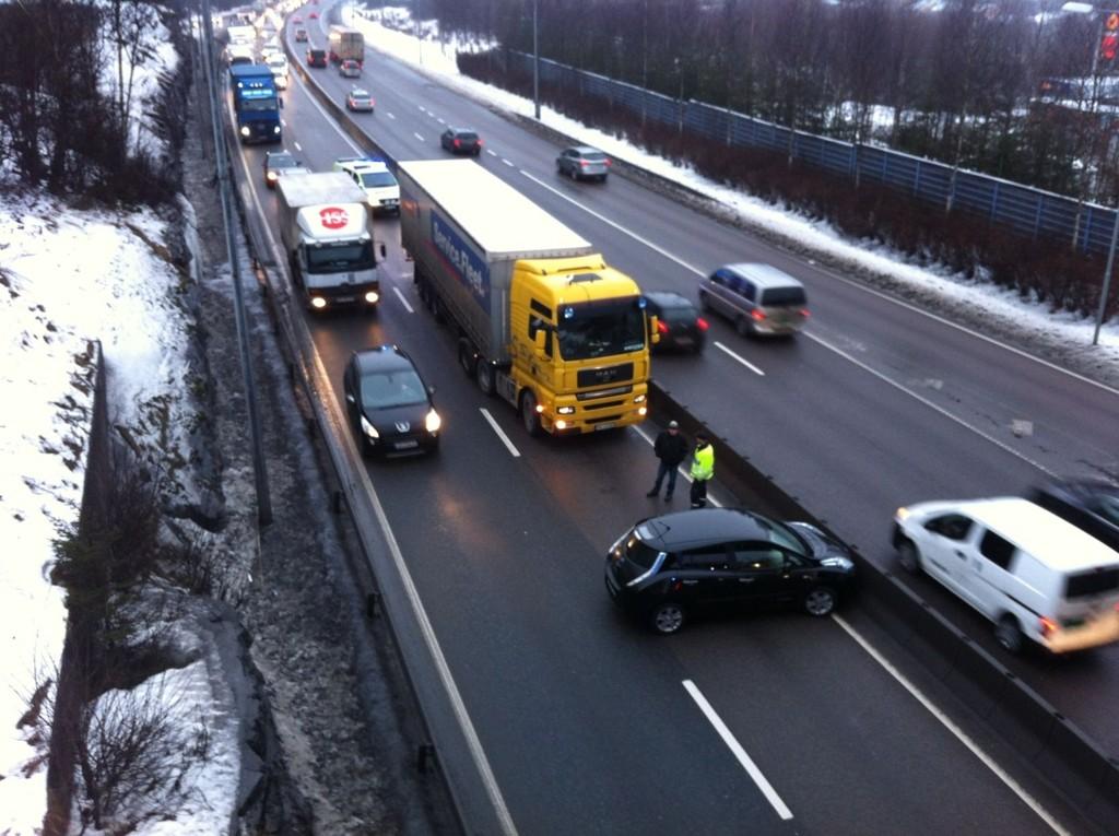 KOLLISJON: En personbil og en lastebil har kollidert i utgående felt like før brua i Lambertseterveien. Det er veldig saktegående kø forbi ulykkesstedet.
