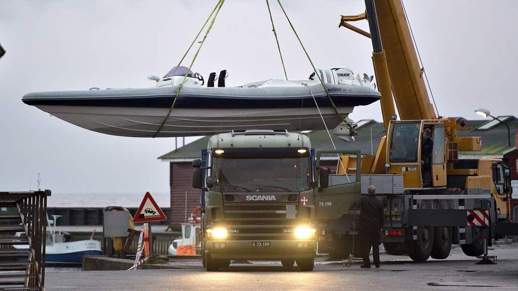 Nordmann skutt og drept under politiaksjon mot antatte smuglerei Ålbæk Havn. Smuglerbåden heises opp på lastebil for å bli kjørt bort mandag morgen