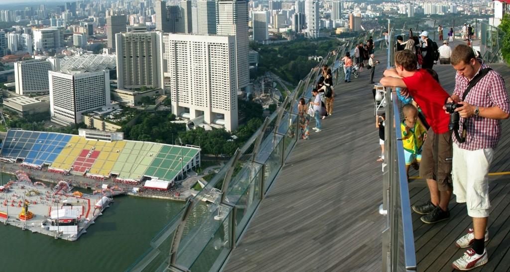 Turistene nyter panoramautsikten over byen fra Marina Bay Sands.