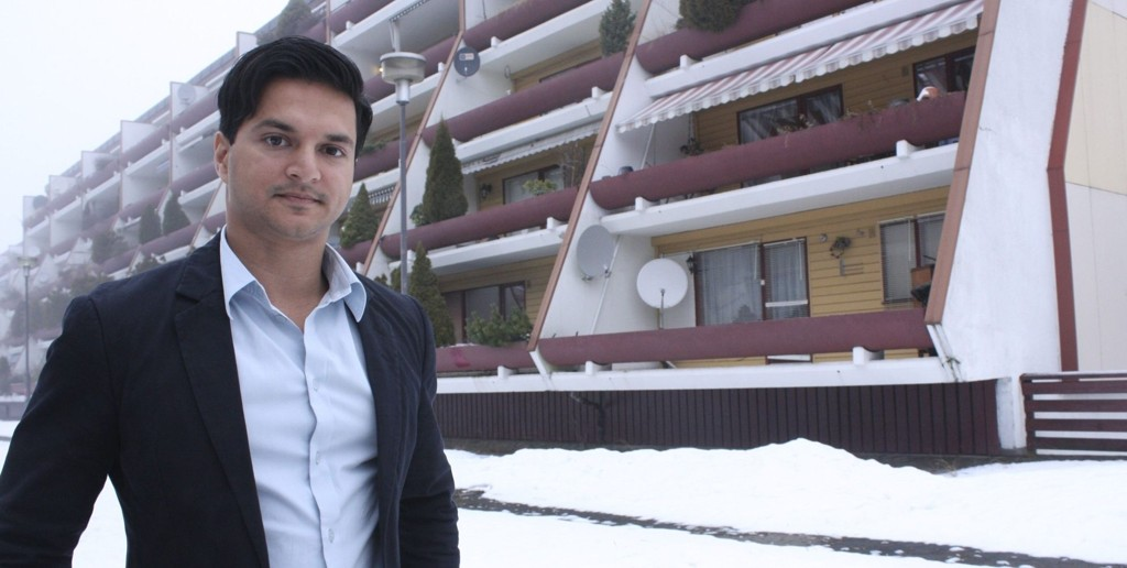 GRORUDDALSMEGLER: Ali Hashmi har solgt boliger i Groruddalen 7 år og forteller at interessen for området bare øker og øker. – Jeg merket særlig i fjor at presset på området har økt, spesielt små leiligheter blir solgt raskt, sier megleren. Foto: Kristin Trosvik
