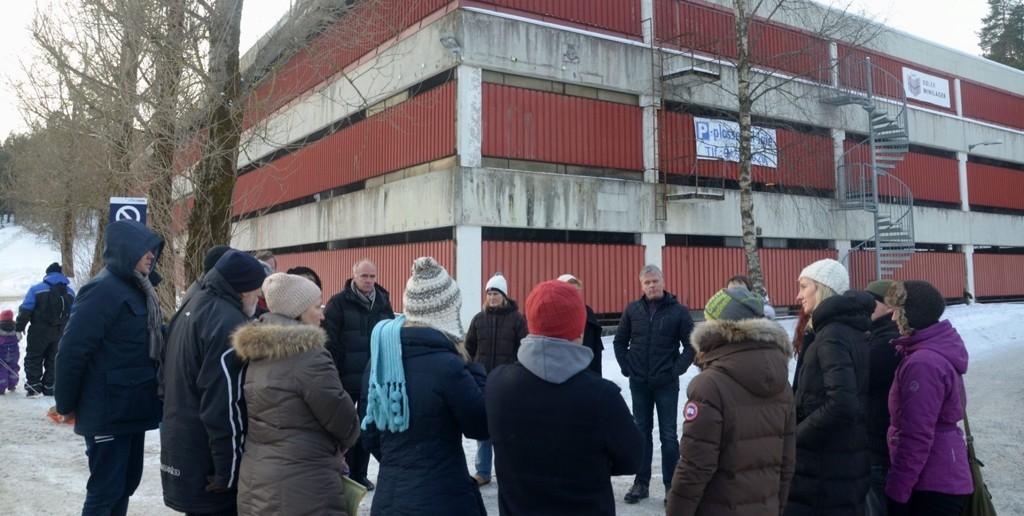 OMSTRIDT: I fjor ble reguleringssaken for parkeringshuset i Bølerlia 73b sendt tilbake fra bystyrets byutviklingskomité til ny behandling med krav om blant annet utvidet trafikkanalyse. Nå er saken kommet et skritt videre. Her fra byutviklingskomiteens befaring.ARKIVFOTO: NINA SCHYBERG OLSEN