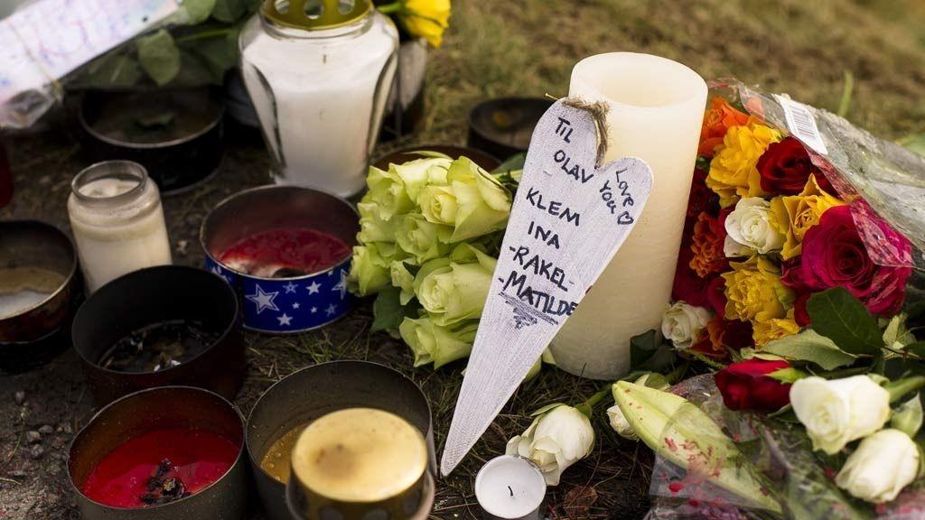 Klepp, Lalandsvegen 20130107. Langs Lalandsvegen i Klepp kommune har pårørende, venner, etterlatte og andre lagt ned blomster, skrevet minneord, og tent lys til minne om avdøde Olav Hovda. Olav Hovda, 12 år gammel, døde lørdag 5. januar på Stavanger Universitetssykehus, SUS, etter å ha blitt påkjørt bakfra mens han og faren var ute og gikk på rulleski fredag kveld 4. januar.