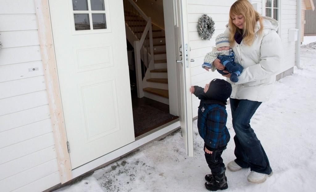 Heidi Ødegaard trives godt i det nye huset sitt. Her sammen med sønnene Max Robin og Alexander.