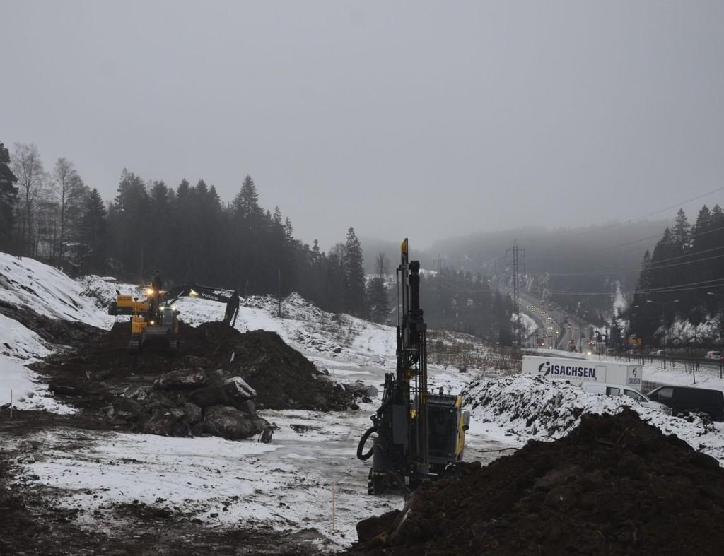 GRAVEARBEIDER: Her i Enebakkveien ned mot Skulleruddumpa og E6 skal det bygges to næringsbygg. FOTO: NINA S. OLSEN