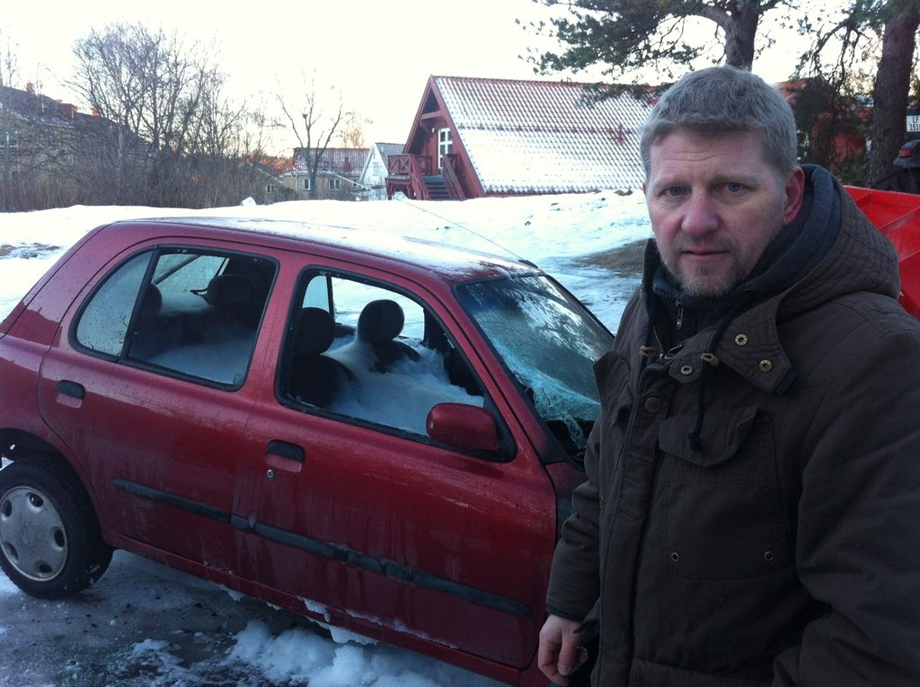 UTBRENT: Bilen som torsdag brant ved Lille Ekeberg barnehage (i bakgrunnen) er totalskadet. Trond Nicolaisen, som er far til bileieren, er glad ingen ble skadet.