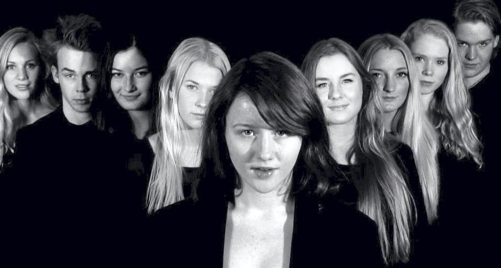 SISTE REVY: Disse skuespillerne står på scenen når den aller siste Nordstrandrevyen har première fredag. FOTO: NORDSTRANDREVYEN