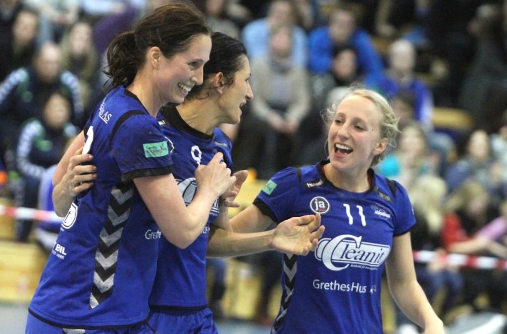 JAAAA! Rannveig Haugen (venstre), Izabela Duda og Marthe Johansen jubler etter to viktige poeng mot Stabæk.