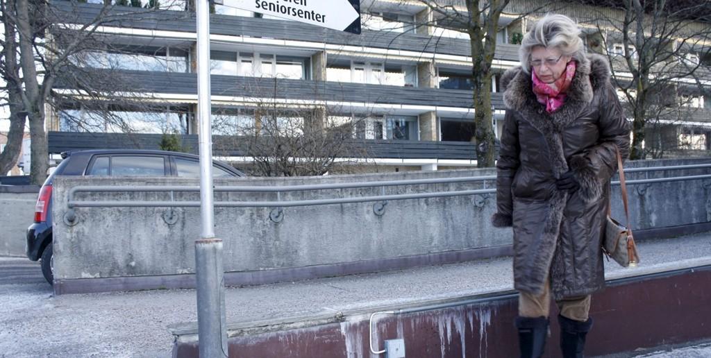 Marit Inger Olsen er bekymret for beboerne på eldresenteret på Vinderen. Mandag falt moren (93) hennes på isen og brakk et håndledd.