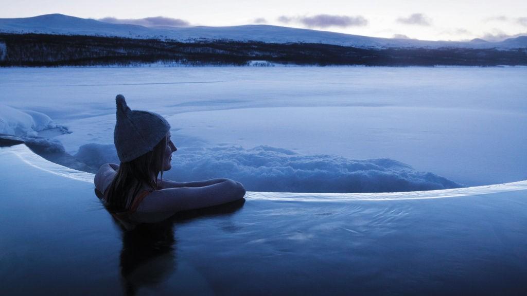 Det kan bli kaldt på Fjällnes, som like fullt er et av verdens heiteste reisemål.