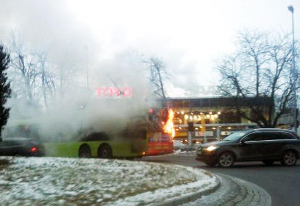 Bussen sto i full fyr på Skøyen i dag tidlig og skapte mye kaos.