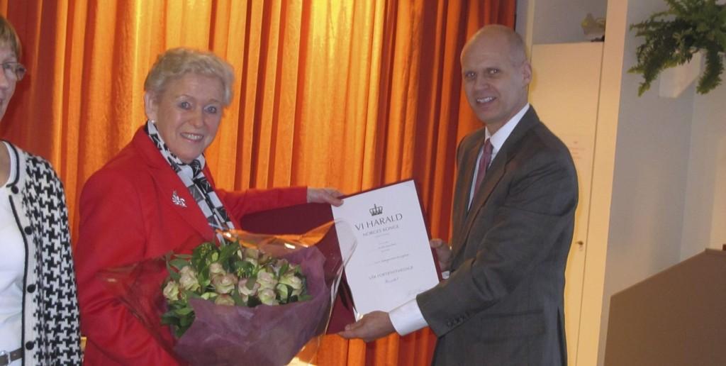 HEDER: Liv Gregersen Kongsten fikk Kongens Fortjenstmedalje overrakt av administrerende direktør i Mills, Tore Haugsdal.