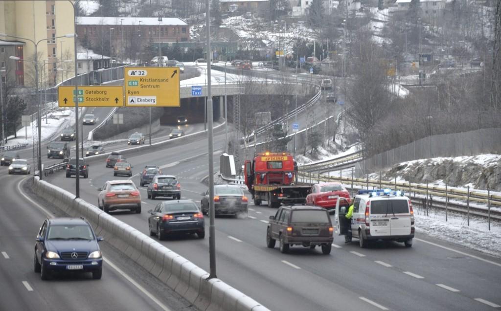 PÅKJØRT PÅ E6: En kvinne måtte mandag formiddag ha assistanse av politiet og Viking etter at bilen hun kjørte ble påkjørt av en annen bil mellom Manglerud og Ryen. FOTO: NINA SCHYBERG OLSEN Bildetekst