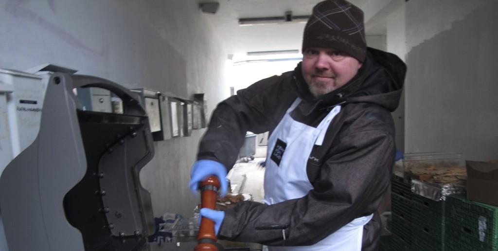 Med utstyret i orden: Solid grill og skikkelig krydderkvern er Petter Gullikstads viktigste verktøy for et godt resultat.