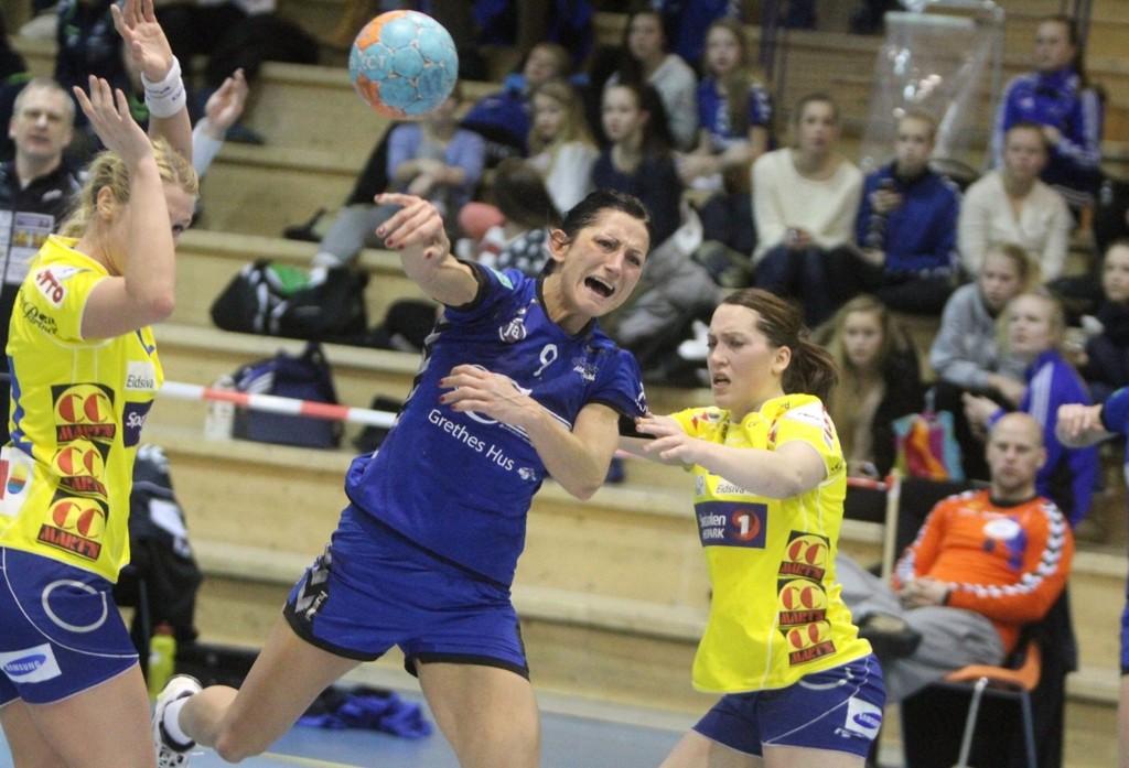 KLINTE TIL: Izabela Duda klinte til mot gamleklubben sin Storhamar, her representert ved Karoline Fredriksen (venstre) og Maja Jakobsen.