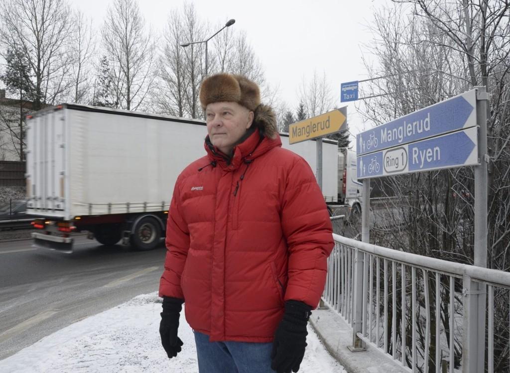 BEKYMRET: Svein Tellmann frykter ulykker, men kan glede seg over at det skal bli bedre påkjøring til E6 på Manglerud. FOTO: NINA S. OLSEN