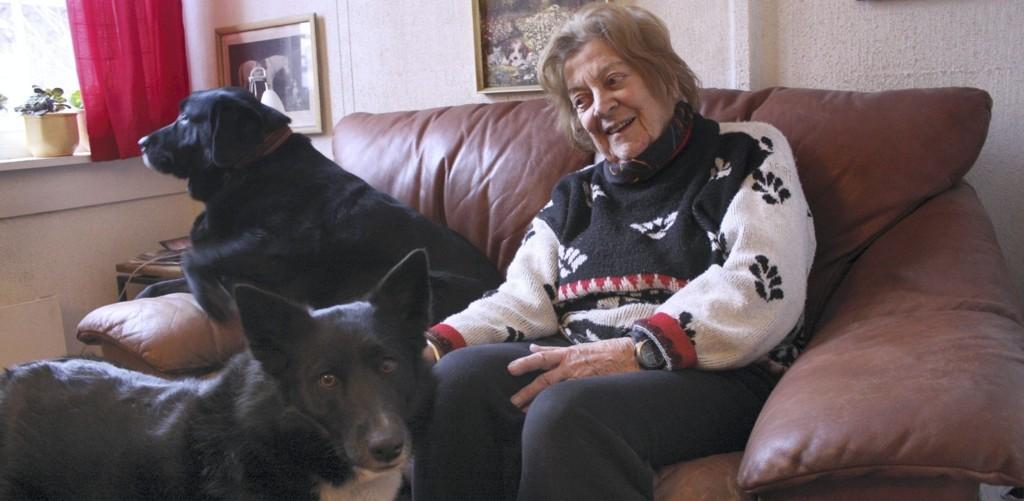 BESTEVENNER: Hjemme i huset på Bekkelaget med to av sine firbeinte venner, Laban og Tina Mari (foran). Dyr har vært og er livet for Ellen Simonsen. Foto: Kristin Trosvik