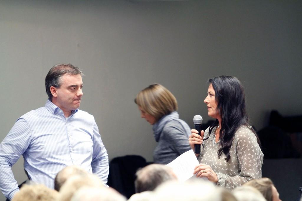 Annette Franck ledet spørrerunden på folkemøtet hvor den ene beboeren etter den andre reiste seg for å stille spørsmål til Statnett.