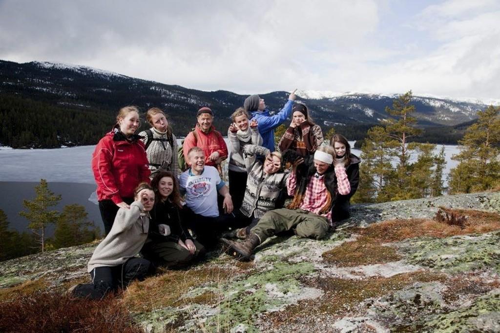 Gjengen samlet: Ingen sure miner å se blant de ti ungdommene som frivillig ble med en uke ut i villmarka. foto: thomas mørch