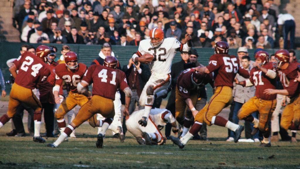 Original caption:Cleveland Browns fullback Jim Brown in action against the Washington Redskins i 1965.