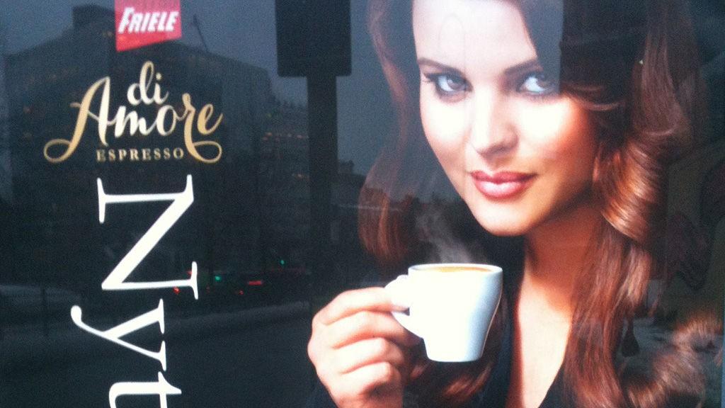 DIAMORE: Over hele Oslo står reklameplakater som denne for Frieles nye kapselkaffe. Kapslene opplyses å være kompatible med Nespressos maskiner.