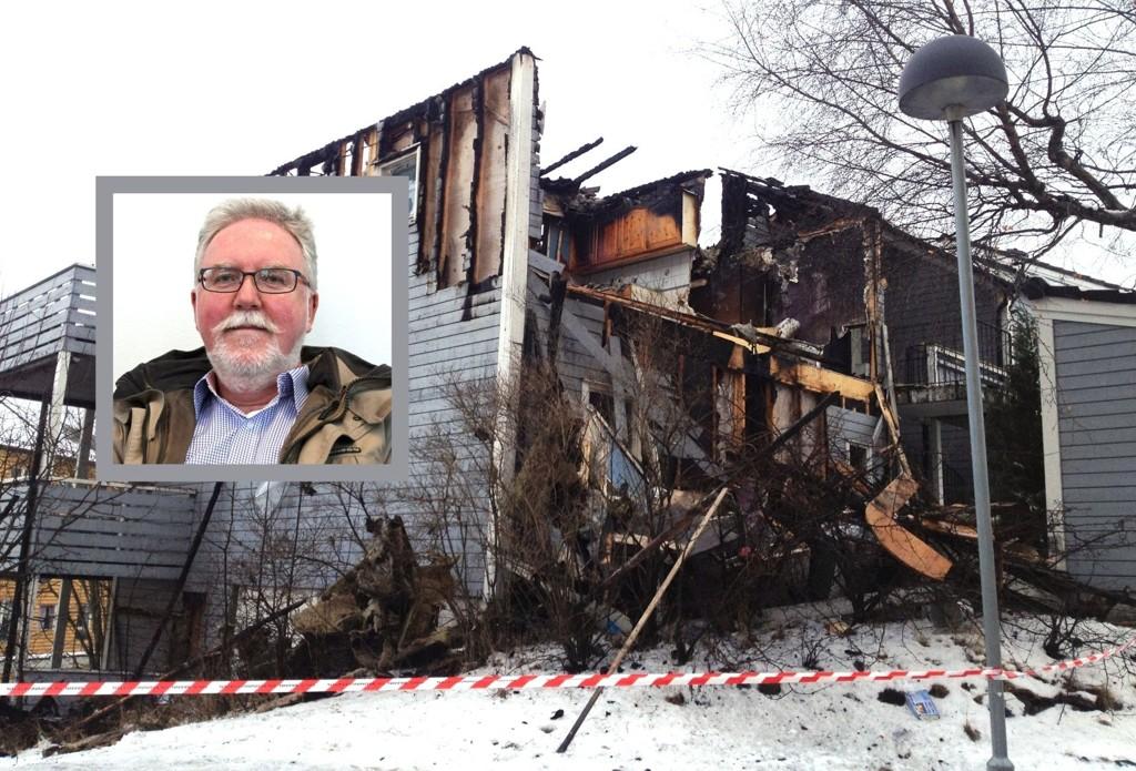 TOTALSKADD: Elleve beboere mistet hjemmet sitt natt til lørdag i Grensestien på Åsbråten. Innfelt er mannen som oppdaget brannen, Sverre K. Myren, styremedlem og beboer i Grensen borettslag.