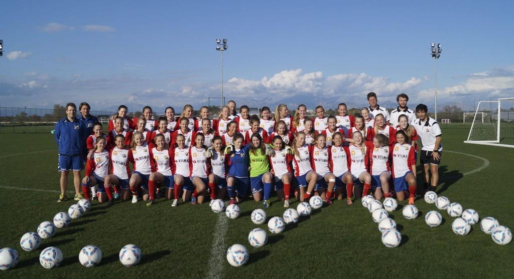 MANGE: Ikke få Lynjenter - damelag og juniorlag - og med trenerteam som har tatt treningsturen til Tyrkia i vinterferien. FOTO: Lyn FK