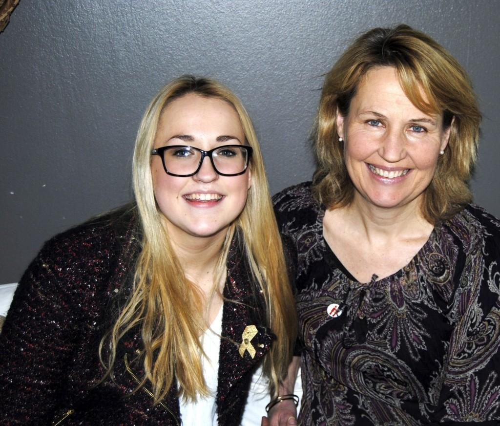 FRISK: I dag er Victoria Starberg helt frisk fra kreften. Her sammen med moren Anna.