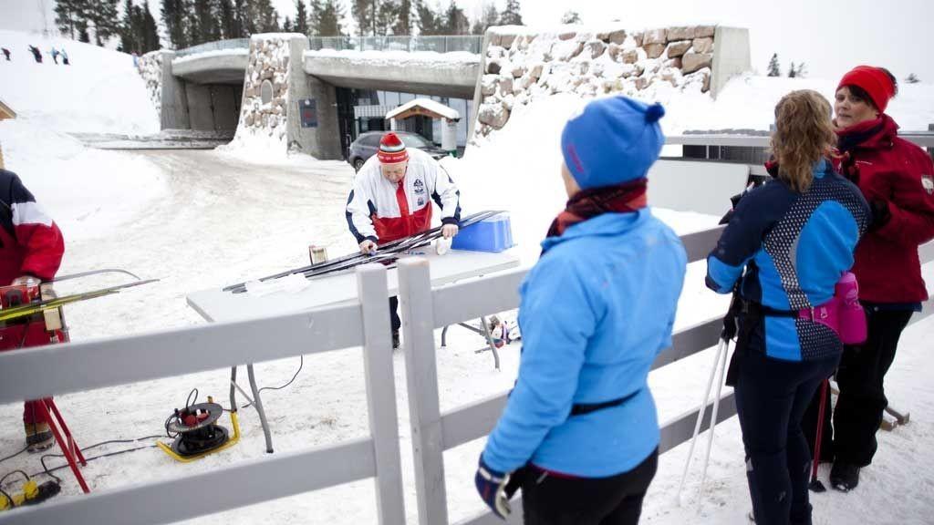 Hans Broen (80) har sikret gode ski under Stortingets skidag helt siden starten i 1974.