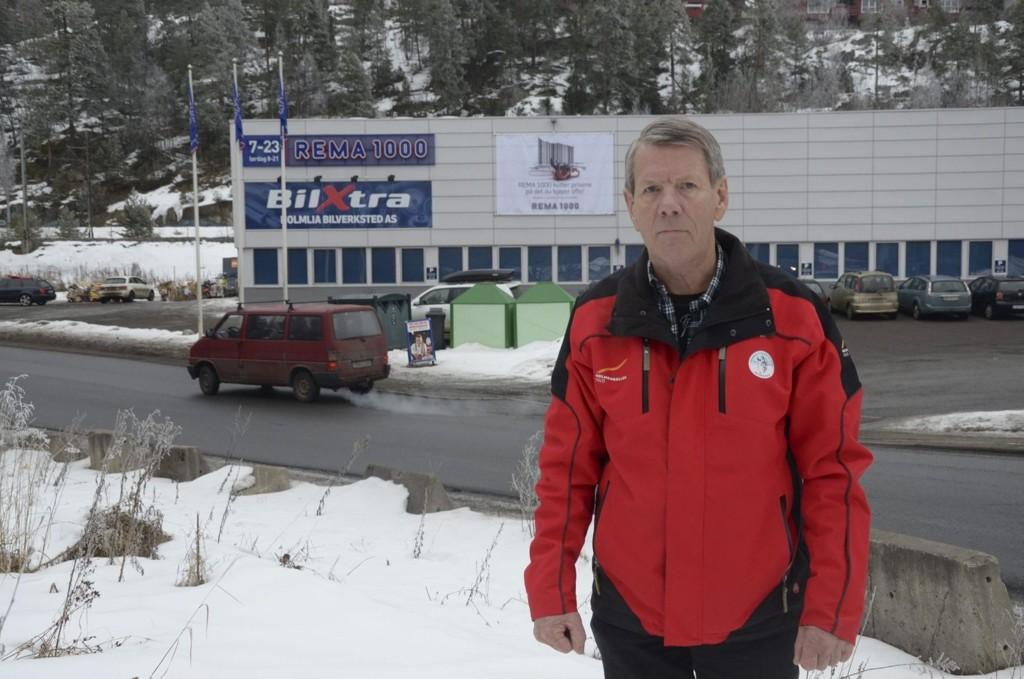 OPPGITT: Lokalpolitiker Arild Andersson (H) synes det er idiotisk å legge Post i butikk til Rema 1000 her i Holmliaveien, hvor man må gå en lang omvei for å få krysset veien på en trygg måte. – Bussholdeplass er det heller ikke, påpeker Andersson.