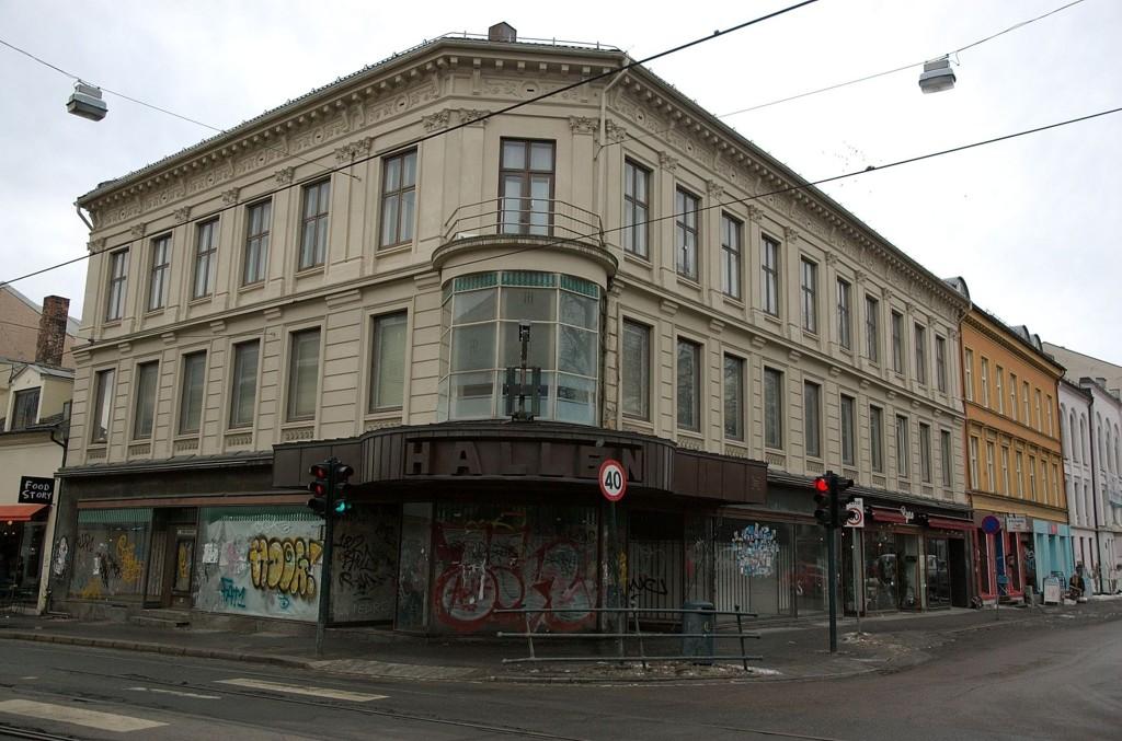I FORFALL: Halléngården er i «åpenbart forfall» ifølge byantikvaren, som nå krever at den falleferdige fasaden pusses opp.