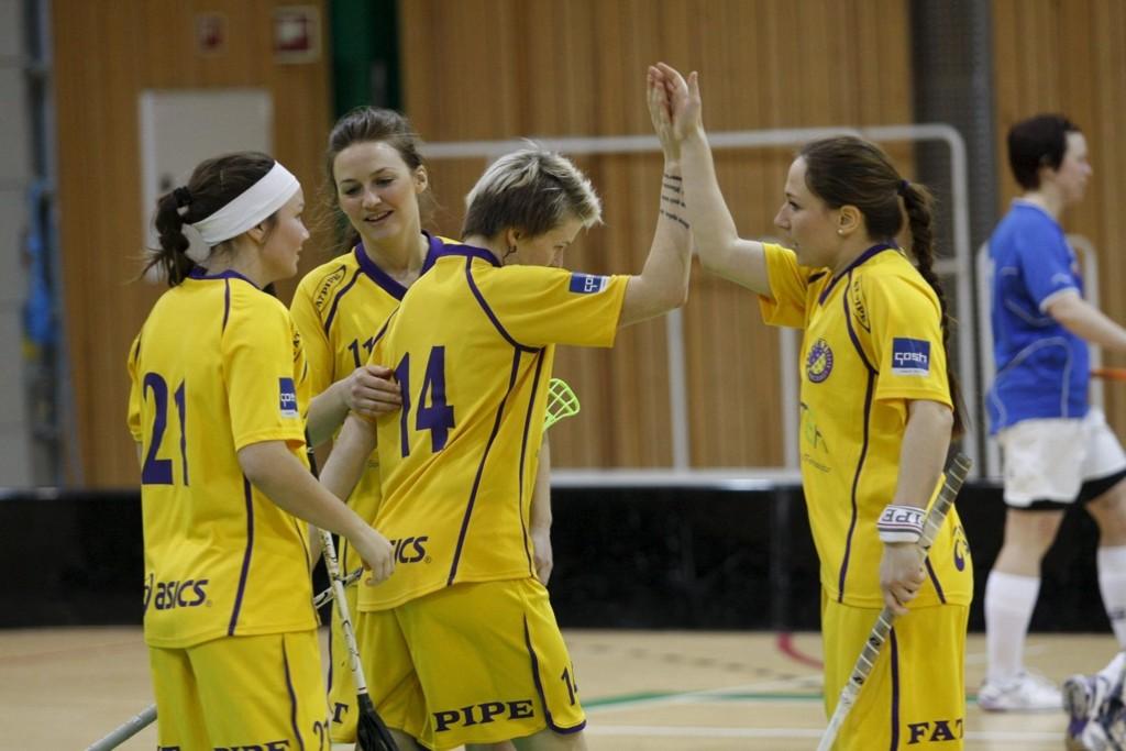 FEIRET MÅL: Lagvenninnene strømmet til for å gratulere Sandra Vika med scoringen. Tunet endte på andreplass i kvinnenes eliteserie. ALLE FOTO; ANDREAS LINDBÆKALL
