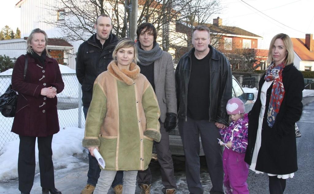 REDDE: Fra venstre: Elin Mathisen, Egil Husmo, Rikke Komissar, Simon Stranger, Arild Meland og FAU-leder på Løren skole Kari Anna Fiskvik. Alle er småbarnsforeldre og bor i området. FOTO: JULIE MESSEL
