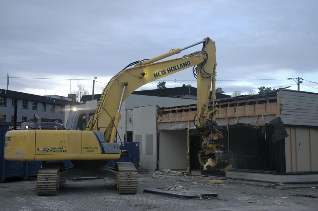 VAR BENSINSTASJON: Esso-stasjonen på Sæter ble revet i 2011. Nå planlegges sentervirksomhet og boliger på tomten. Arkivfoto